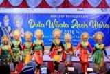 Sejumlah finalis tampil pada malam final penobatan Agam-Inong (Putra-Putri) Duta Wisata Aceh Utara 2018 di Lhokseumawe, Aceh, Minggu (24/6/2018) malam. Pemilihan penobatan Duta Wisata yang di ikuti 120 peserta Agam-Inong untuk mempromosikan potensi wisata itu siap menuju pemilihan Duta Wisata Aceh untuk mewakili Aceh di pemilihan Kejuaraan Nasional Duta Wisata Indonesia 2018 di Kalimantan Tengah. (ANTARA FOTO/Rahmad)