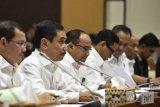 Kepala BNPT Komjen Pol Suhardi Alius (kiri) bersama Kepala BNN Komjen Pol Heru Winarko (ketiga kanan) mengikuti rapat kerja bersama Komisi III DPR di Kompeks Parlemen Senayan, Jakarta, Kamis (7/6/2018). Rapat kerja tersebut membahas Rencana Kerja dan Anggaran Kementerian dan Lembaga (RKA K/L) dan Rencana Kerja Pemerintah (RKP) empat lembaga tersebut. (ANTARA /Puspa Perwitasari)
