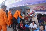 Tim Gabungan dan Basarnas membagi makanan kepada keluarga korban kapal tenggelam di Danau Toba