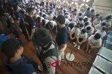 Polisi memeriksa warga negara Cina menjelang mereka dideportasi ke negaranya di Bandara Ngurah Rai, Denpasar, Rabu (6/6). Polisi dan petugas imigrasi mendeportasi 105 warga negara Cina yaitu 94 laki-laki dan 11 wanita yang tertangkap pada awal Mei 2018 karena diduga terlibat penipuan lewat jaringan telekomunikasi internasional (International Cyber Fraud). Antaranews Bali/Nyoman Budhiana/18.