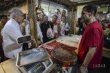 Menteri Perdagangan Enggartiasto Lukita (kiri) berbincang dengan pedagang saat menunjungi Pasar Baru di Bandung, Jawa Barat, Jumat (1/6). Dalam kunjungannya tersebut Menteri Perdagangan memastikan ketersediaan bahan pokok aman dan terkendali menjelang Idulfitri 1439H. ANTARA JABAR/Raisan Al Farisi/agr/18