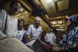 Menteri Perdagangan Enggartiasto Lukita (tengah) berbincang dengan pedagang saat menunjungi Pasar Baru di Bandung, Jawa Barat, Jumat (1/6). Dalam kunjungannya tersebut Menteri Perdagangan memastikan ketersediaan bahan pokok aman dan terkendali menjelang Idulfitri 1439H. ANTARA JABAR/Raisan Al Farisi/agr/18