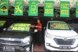 Karyawan pemasaran membersihkan mobil bekas yang dijual di sebuah ruang pamer pusat penjualan mobil bekas di Malang, Jawa Timur, Jumat (8/6). Pengusaha mobil bekas setempat mengaku penjualan mobil bekas menjelang lebaran meningkat dari 10 unit menjadi 15 unit per bulan atau meningkat sekitar 50 persen. Antara Jatim/Ari Bowo Sucipto/zk/18.