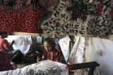 Perajin menyelesaikan pesanan batik tulis di Paoman, Indramayu, Jawa Barat, Minggu (3/6). Perajin mengaku pesanan batik untuk bahan busana Lebaran meningkat hingga 70 persen dibanding bulan biasanya. ANTARA JABAR/Dedhez Anggara/agr/18.