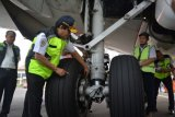Dirjen Perhubungan Udara Kementerian Perhubungan Agus Santoso (tengah) melakukan 'ramp check' di Bandara Internasional Juanda, Sidoarjo, Jawa Timur, Rabu (13/6/2018). 'Ramp check' tersebut bertujuan untuk memastikan pesawat-pesawat yang dipakai maskapai penerbangan dalam keadaan laik terbang dan memenuhi standar keselamatan, keamanan dan kenyamanan penerbangan. (ANTARA FOTO/Umarul Faruq)