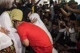 Calon Gubernur Jawa Barat nomor urut satu Ridwan Kamil (kedua kiri) meminta doa restu orangtua sebelum menggunakan hak pilihnya di TPS 21 Bandung, Jawa Barat, Rabu (27/6). Pilgub Jabar diikuti empat pasang cagub dan cawagub dengan jumlah daftar pemilih tetap (DPT) sebanyak 31.735.133 pemilih. ANTARA JABAR/M Agung Rajasa/agr/18.
