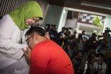 Calon Gubernur Jawa Barat nomor urut satu Ridwan Kamil (kanan) meminta doa restu orangtua sebelum menggunakan hak pilihnya di TPS 21 Bandung, Jawa Barat, Rabu (27/6). Pilgub Jabar diikuti empat pasang cagub dan cawagub dengan jumlah daftar pemilih tetap (DPT) sebanyak 31.735.133 pemilih. ANTARA JABAR/M Agung Rajasa/agr/18.