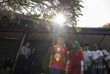 Calon Gubernur Jawa Barat nomor urut satu Ridwan Kamil (ketiga kiri) bersama istri Atalia Praratya (keempat kanan) menyapa warga sebelum menggunakan hak pilihnya di TPS 21 Bandung, Jawa Barat, Rabu (27/6). Pilgub Jabar diikuti empat pasang cagub dan cawagub dengan jumlah daftar pemilih tetap (DPT) sebanyak  31.735.133 pemilih. ANTARA JABAR/M Agung Rajasa/agr/18.