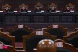 Ketua Majelis Hakim Mahkamah Konstitusi (MK) Anwar Usman (tengah) bersama Hakim Saldi Isra (kiri), Aswanto (kedua kiri), Suhartoyo (kedua kanan), I Dewa Gede Palguna (kanan) memimpin sidang pembacaan putusan uji materi Undang-Undang No 2 tahun 2018 tentang MPR, DPR, DPRD, dan DPD (UU MD3) di Mahkamah Konstitusi, Jakarta, Kamis (28/6/2018). Mahkamah Konstitusi (MK) mengabulkan sebagian permohonan uji materi UU MD3 terkait dengan pemanggilan paksa dan penyanderaan oleh DPR melalui Mahkamah Kehormatan Dewan (MKD), dan menyatakan sebagian ketentuan tersebut inkonstitusional. (ANTARA FOTO/Rivan Awal Lingga)