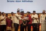 Direktur Utama Bank Mandiri Kartika Wirjoatmodjo (empat kiri) memberikan santunan kepada perwakilan yayasan sekolah pada acara Bank Mandiri Buka Puasa Bersama Anak Yatim dan Silaturahmi Anak Negeri 2018 di De Tjoloemadoe, Karanganyar, Jawa Tengah, Kamis (7/6/2018). Acara yang diikuti ribuan anak dari berbagai lintas agama tersebut sebagai ajang silaturahmi bagi anak-anak sekaligus untuk mengajarkan toleransi dan semangat persatuan Indonesia. (ANTARA FOTO/Mohammad Ayudha)