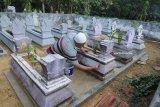 Warga membersihkan dan mengecat ulang nisan sanak familinya saat tradisi 'Ngosar' di Kelurahan Kowel, Pamekasan, Jawa Timur, Sabtu (9/6). Tradisi ngosar sepekan sebelum Idulfitri tersebut merupakan salah satu bentuk penghormatan terhadap sanak keluarga yang telah meninggal. Antara Jatim/Saiful Bahri/zk/18