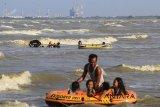 Wisatawan berenang di kawasan wisata pantai Karangsong, Indramayu, Jawa Barat, Kamis (21/6). Badan Meteorologi Klimatologi dan Geofisika (BMKG) menghimbau masyarakat untuk mewaspadai potensi gelombang tinggi terutama di daerah wisata pantai. ANTARA JABAR/Dedhez Anggara/agr/18