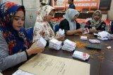 Petugas merapikan surat suara sebelum dimasukkan kedalam kotak suara di kantor Komisi Pemilihan Umum (KPU) Kota Gorontalo, Gorontalo, Senin (25/6/2018). KPU Kota Gorontalo akan mendistribusikan kotak suara ke 258 Tempat Pemungutan Suara (TPS) jelang hari pencoblosan Pilwako Gorontalo pada 27 Juni. (ANTARA/Adiwinata Solihin)