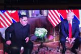 Detik-detik Donald Trump menyalami Kim Jong Un