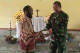 Satgas Yonif 121/MK serahkan bantuan Alkitab di Kampung Wembi