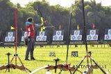 Sejumlah peserta dalam ronde Nasional SMP putra dan putri mengikuti Kejuaraan Panahan Tingkat Nasional, Bogor Open Archery Championship 2018 di Lapangan Wirayudha, Pusat Pendidikan Zeni kodiklat TNI AD, jalan Jenderal Sudirman, Kota Bogor, Jawa Barat, Kamis (5/7). Kejuaraan Panahan Tingkat Nasional yang diikuti 735 peserta dari 39 daerah, 109 klub dan dua klub dari negara Malaysia tersebut memperebutkan piala bergilir Presiden serta berlangsung hingga hari Minggu (8/7). ANTARA JABAR/Arif Firmansyah/agr/18.