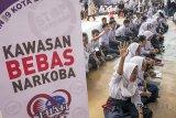 Sejumlah siswa mengikuti Deklarasi Pelajar Anti Narkoba di SMAN 9 Bandung, Jawa Barat, Rabu (18/7). Kegiatan yang bekerjasama dengan BNN kota Bandung dan Sehati tersebut bertujuan memberikan penyuluhan dan edukasi kepada pelajar tentang bahaya penyalahgunaan narkoba dan pencegahan peredaran narkoba di lingkungan sekitar. ANTARA JABAR/Novrian Arbi/agr/18