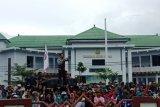 Ratusan simpatisan Asmani - Syahrul demo kantor capil