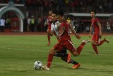 Pesepak Indonesia U19 Witan Sulaeman (kanan) berusaha menendang bola yang dihalangi pesepak bola Laos U19 Kittsak Phomvongsa (kiri) dalam penyisihan grup A Piala AFF U19 di Gelora Delta Sidoarjo, Sidoarjo, Jawa Timur, Minggu (1/7/2018). Indonesia unggul atas Laos 1-0. (ANTARA FOTO/Zabur Karuru)