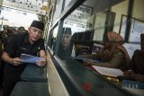 Penjabat Gubernur Jawa Barat M Iriawan berbincang dengan sejumlah siswa saat kunjungan kerja di SMAN 5 Bandung, Jawa Barat, Selasa (3/7). Kunjungan kerja tersebut dalam rangka meninjau pelaksanaan Penerimaan Peserta Didik Baru (PPDB) tahun 2018. ANTARA JABAR/M Agung Rajasa/agr/18.
