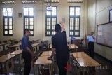 Penjabat Gubernur Jawa Barat M Iriawan (tengah) meninjau ruang kelas dan berbagai fasilitas sekolah saat kunjungan kerja di SMAN 5 Bandung, Jawa Barat, Selasa (3/7). Kunjungan kerja tersebut dalam rangka meninjau pelaksanaan Penerimaan Peserta Didik Baru (PPDB) tahun 2018. ANTARA JABAR/M Agung Rajasa/agr/18.