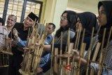 Penjabat Gubernur Jawa Barat M Iriawan (kedua kiri) berbincang dengan siswa saat kunjungan kerja di SMAN 5 Bandung, Jawa Barat, Selasa (3/7). Kunjungan kerja tersebut dalam rangka meninjau pelaksanaan Penerimaan Peserta Didik Baru (PPDB) tahun 2018. ANTARA JABAR/M Agung Rajasa/agr/18.