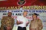 Kepala Badan Nasional Penanggulangan Terorisme (BNPT) Komjen Pol Suhardi Alius (kanan), didampingi pendiri Pesantren Al Hidayah yang merupakan mantan terpidana kasus terorisme, Khairul Ghazali (kiri), berbincang dengan Wakil Presiden Bundeskriminalamt (BKA) Jerman Michael Kretschmer yang melakukan kunjungan, di Deli Serdang, Sumatera Utara, Rabu (11/7/2018). Kunjungan ke pesantren yang didirikan mantan terpidana terorisme tersebut merupakan studi banding pihak polisi kriminal federal BKA Jerman untuk melihat langkah BNPT dalam upaya pendekatan dan pencegahan terorisme. (ANTARA /Irsan Mulyadi)