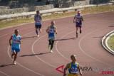 Sejumlah atlet usia lanjut mengikuti ketegori lari 400 meter putra kelompok usia 65 tahun pada Kejuaraan Atletik Master di Stadion Sriwedari, Solo, Jawa Tengah, Jumat (27/7/2018). Kejuaraan atletik yang diikuti atlet usia lanjut dengan berbagai ketegori kelompok usia 35-50 tahun dan 55-80 tahun tersebut mempertandingkan diantaranya lari, lompat jauh, lompat tinggi, lempar cakram , lempar lembing, lompat jangkit dan tolak peluru. (ANTARA FOTO/Mohammad Ayudha)