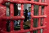 Kepala Kantor Wilayah Kemenkumham Jabar Indro Purwoko (kiri) berkordinasi dengan sejumlah petugas terkait dugaan kasus OTT Kalapas Sukamiskin oleh KPK di Lapas Sukamiskin Klas 1A Bandung, Jawa Barat, Sabtu (21/7). Kemenkumham membenarkan bahwa KPK telah mengamankan sedikitnya enam orang termasuk Kalapas Sukamiskin terkait dugaan kasus OTT dan menunjuk Kepala Divisi Pemasyarakatan Kemenkumham Jabar sebagai Plh Lapas Sukamiskin. ANTARA JABAR/Novrian Arbi/agr/18