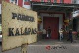 Sejumlah pengunjung beraktifitas di Lapas Sukamiskin Klas 1A Bandung, Jawa Barat, Sabtu (21/7). Kemenkumham membenarkan bahwa KPK telah mengamankan sedikitnya enam orang termasuk Kalapas Sukamiskin terkait dugaan kasus OTT dan menunjuk  Kepala Divisi Pemasyarakatan Kemenkumham Jabar sebagai Plh Lapas Sukamiskin. ANTARA JABAR/Novrian Arbi/agr/18