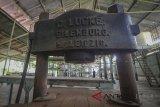 Pekerja melintas di depan Pabrik Karet Tjipetir, Cikidang, Kabupaten Sukabumi, Jawa Barat, Jumat (13/7). Pabrik Tjipetir milik PTPN VIII Sukamaju yang mengolah daun gutta-percha menjadi bahan baku pembuatan benda seperti bola golf, sambungan akar gigi, dan pelapis kabel keras tersebut saat ini hanya beroperasi jika ada pesanan yang kebanyakan berasal dari Benua Eropa. ANTARA JABAR/Raisan Al Farisi/agr/18.