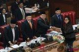 Menteri Keuangan Sri Mulyani Indrawati (kanan) menyerahkan berkas pandangan akhir Pemerintah pada Rapat Paripurna DPR di Kompleks Parlemen Senayan, Jakarta, Kamis (26/7/2018). Rapat paripurna DPR mengesahkan RUU pertanggungjawaban pelaksanaan Anggaran Pendapatan dan Belanja Negara (APBN) 2017 dan RUU Penerimaan Negara Bukan Pajak (PNBP) menjadi Undang-Undang. (ANTARA FOTO/Dhemas Reviyanto)