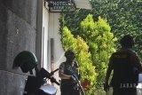 Anggota Polres Tasikmalaya Kota membawa barang bukti saat penggeledahan di tempat usaha HT Sumantri, Kota Tasikmalaya, Jawa Barat, Jumat (20/7). Detasemen Khusus (Densus) 88 Antiteror Polri mengamankan busur dan anak panah, sejumlah dokumen serta CCTV yang berada di kawasan hotel dan aula dari pemiliknya berinisial R yang terduga terlibat jaringan teroris. ANTARA JABAR/Adeng Bustomi/agr/18