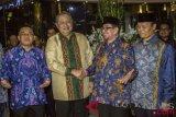 Ketua Umum Partai Demokrat Susilo Bambang Yudhoyono (kedua kiri) bersalaman dengan Ketua Majelis Syuro PKS Salim Segaf Aljufri (kedua kanan), disaksikan Presiden Partai Keadilan Sejahtera (PKS) Sohibul Imam (kiri) dan Wakil Ketua Dewan Syura PKS Hidayat Nur Wahid (kanan) sebelum melakukan pertemuan tertutup di Jakarta, Senin (30/7/2018). Pertemuan tersebut membahas Pilpres 2019. (ANTARA /Galih Pradipta)