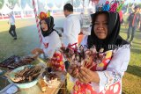 Pemerintah Kabupaten Kaur, Provinsi Bengkulu, berhasil mencetak rekor dunia yang dicatat di Museum Rekor Indonesia pada Festival Gurita, Senin, dengan menyajikan sebanyak 6.011 tusuk sate. (Foto Antarabengkulu.com/David Muharmansyah)