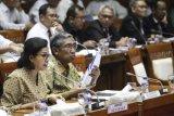 Menteri Keuangan Sri Mulyani Indrawati (kiri) bersama Wakil Menteri Keuangan Mardiasmo (kedua kiri) mengikuti rapat kerja dengan Komisi XI DPR di Kompleks Parlemen, Senayan, Jakarta, Senin (2/7/2018). Rapat tersebut membahas Rencana Kerja dan Anggaran Pagu Indikatif Kementerian Keuangan TA 2019. (ANTARA /Dhemas Reviyanto)