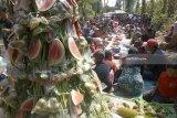Ratusan warga melakukan kenduri masal dalam ritual ruwatan Alas Kandung di area wisata konservasi hutan lindung Kandung, Rejotangan, Tulungagung, Jawa Timur, Minggu (22/7). Ruwatan alas kandung merupakan tradisi tasyakuran sedekah bumi tiap bulan Selo dalam penanggalan Jawa yang terus dijaga warga setempat untuk menumbuhkan kesadaran lingkungan menjaga hutan Alas Kandung. Antara jatim/Destyan Sujarwoko/zk/18