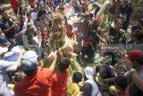 Warga berebut gunungan tumpeng berisi aneka hasil bumi dalam ritual ruwatan Alas Kandung di area wisata konservasi hutan lindung Kandung, Rejotangan, Tulungagung, Jawa Timur, Minggu (22/7). Ruwatan alas kandung merupakan tradisi tasyakuran sedekah bumi tiap bulan Selo dalam penanggalan Jawa yang terus dijaga warga setempat untuk menumbuhkan kesadaran lingkungan menjaga hutan Alas Kandung. Antara Jatim/Destyan Sujarwoko/zk/18