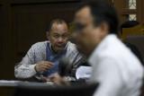 Terdakwa kasus korupsi penerbitan SKL BLBI Syafruddin Arsyad Temenggung (kiri) mendengarkan keterangan saksi saat menjalani sidang di Pengadilan Tipikor Jakarta, Kamis (12/7/2018). Sidang lanjutan tersebut beragendakan mendengarkan keterangan saksi yang dihadirkan Jaksa Penuntut Umum KPK. (ANTARA /Hafidz Mubarak A)