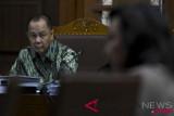 Terdakwa kasus penerbitan Surat Keterangan Lunas (SKL) BLBI Syafruddin Arsyad Temenggung (kiri) mendengarkan keterangan mantan Direktur Keuangan PT Gajah Tunggal, Mulyati Gazali saat sidang lanjutannya di Pengadilan Tipikor Jakarta, Senin (23/7/2018). Dalam sidang tersebut Jaksa Penuntut Umum menghadirkan tujuh saksi yang terdiri dari mantan anggota BPPN, pejabat Kemenkeu dan pihak swasta. (ANTARA /Hafidz Mubarak A)