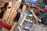 Produksi jam tangan kayu, seorang pemuda raup Rp150 juta per bulan