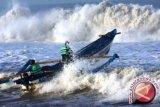 Kapal berisi wartawan terbalik dihantam ombak Bono Riau