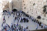 Umat Yahudi kembali ziarah ke Tembok Ratapan dengan mengenakan masker