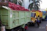 Petugas Dinas Sosial bersiap mengemudikan mobil truk bermuatan bawang merah layak konsumsi hasil penindakaan kepabeanan di Banda Aceh, Rabu (29/8). Kanwil Bea dan Cukai Aceh menghibahkan sebanyak 27 ton bawang merah sitaan negara hasil penindakan kepabeanan kepada Pemkot Banda Aceh, Pemerintah Kabupaten Aceh Barat dan Kabupaten Aceh Besar untuk diserahkan kepada masyarakat yang kurang mampu. (ANTARA FOTO/Ampelsa/18)
