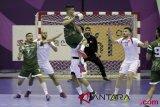 Pemain bola tangan Irak Jasin Ghassab Mohammed (11) melakukan tembakan ke gawang Bahrain dalam babak penyisihan group D Asian Games 2018, di GOR POPKI, Cibubur, Jakarta, Senin (13/8/2018). INASGOC/Ridhwan Siregar/mes/18