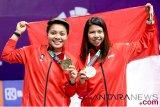 Pebulu tangkis ganda putri Indonesia peraih medali perunggu bulu tangkis nomor perorangan Asian Games 2018 Greysia Polii (kanan) dan Apriyani Rahayu (kiri) memperlihatkan medalinya usai upacara penyerahan medali di Istora Senayan, Jakarta, Senin (27/8/2018). (ANTARA FOTO/INASGOC/Nafielah Mahmudah)