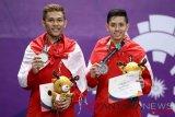 Pebulu tangkis ganda putra Indonesia peraih medali perak Muhammad Rian Ardianto (kanan) dan Fajar Alfian (kiri) berpose usai upacara penyerahan medali ganda putra Asian Games 2018 di Istora Senayan, Jakarta, Selasa (28/8/2018). (ANTARA FOTO/INASGOC/Nafielah/Mahmudah)