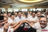 Pembina Cakra 19 Jenderal TNI (Purn) Luhut Binsar Panjaitan (keenam kiri) bersama Ketua Cakra 19 Andi Widjajanto (ketujuh kiri) dan Sekjen Cakra 19 Letjen TNI Purnawirawan Eko Wiratmoko (keempat kanan) berjabat tangan bersama relawan dan pendukung Cakra 19 saat mendeklarasikan Dukungan Capres-Cawapres Pasangan Jokowi dan Ma'aruf Amin di Jakarta, Minggu (12/8/2018). Dukungan tersebut untuk mengusung kembali Jokowi dan pasangannya Ma'ruf Amin sebagai presiden serta wakil presiden periode 2019-2024. ANTARA FOTO/Muhammad Adimaja/foc/18.