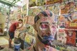 Seorang warga membuat karya seni lukis saat Festival Kampung Kreatif di Dago Pojok, Bandung, Jawa Barat, Selasa (7/8). Festival kampung kreatif yang diadakan hingga 4 September mendatang itu menampilkan 160 karya seni lukis dan instalasi hasil tangan warga yang ditujukan sebagai upaya promosi wisata seni di Kota Bandung. ANTARA JABAR/Raisan Al Farisi/agr/18