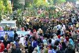 Ribuan warga menyaksikan Festival Helaran Seni Budaya 2018 di jalan Sudirman, Kota Bogor, Jawa Barat, Minggu (12/8). Festival Helaran Seni Budaya 2018 merupakan puncak peringatan Hari jadi Bogor ke-536 ini diikuti ribuan peserta dari berbagai Kota dan Kabupaten di Jawa Barat yang bertujuan untuk promosi pariwisata kota Bogor. ANTARA JABAR/Arif Firmansyah/agr/18